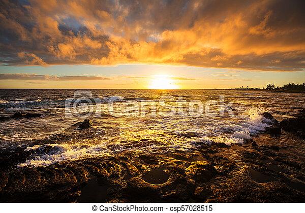Playa hawaiana al amanecer - csp57028515