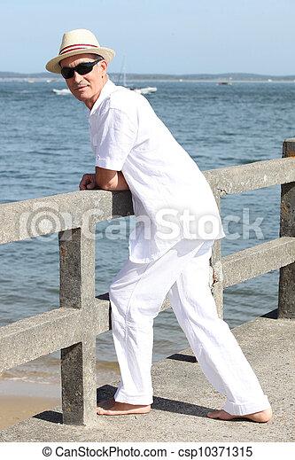 Hombre en la playa - csp10371315