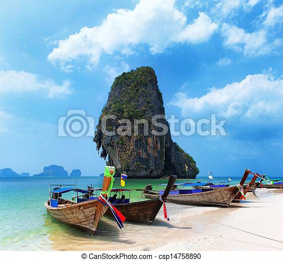 Barco de viaje en la playa de la isla de Tailandia. Trasfondo de paisajes de la costa tropical - csp14758890