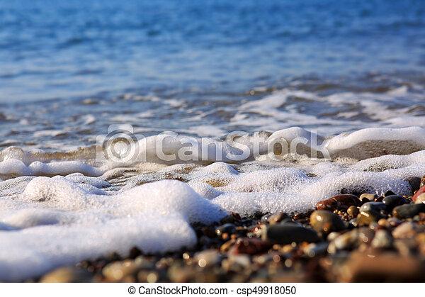 Olas en la playa de grava, macro. - csp49918050