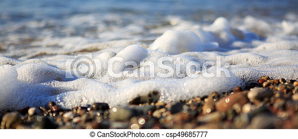 Olas en la playa de grava, macro. - csp49685777
