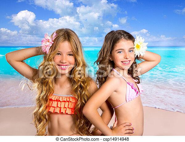 Niños dos amigas felices en vacaciones en la playa tropical - csp14914948