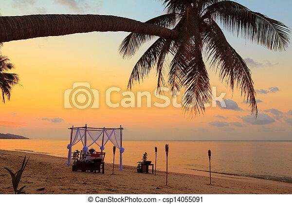 Mesa romántica puesta en la playa al atardecer - csp14055091