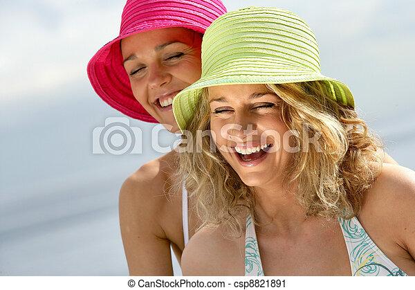 Mujeres riéndose de la playa - csp8821891