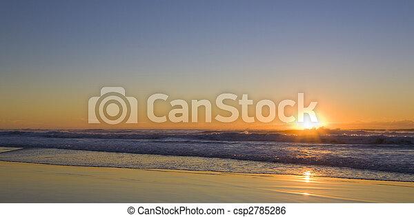 Amanecer en la playa - csp2785286
