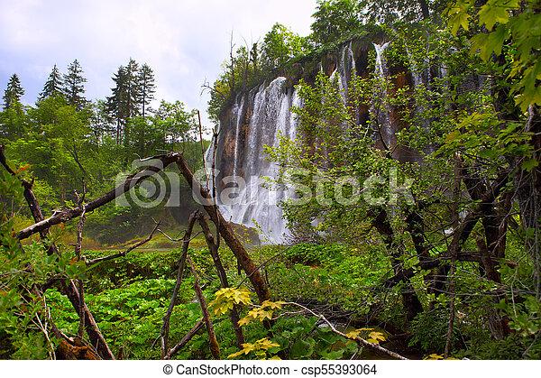 Cascadas en tablillas del parque nacional en Croacia - csp55393064