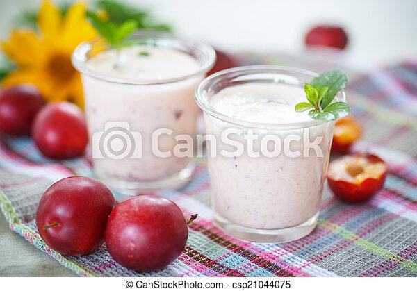 plum smoothie - csp21044075