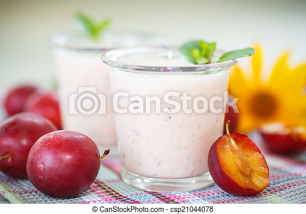 plum smoothie - csp21044078