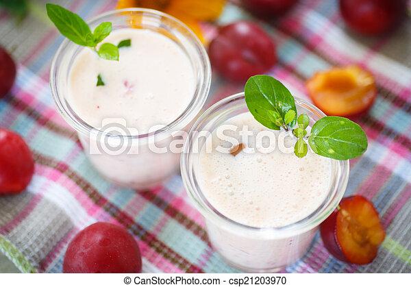 plum smoothie - csp21203970