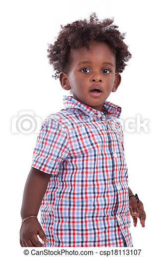 Retrato al aire libre de un pequeño chico afroamericano, aislado en el fondo blanco, niños negros, gente - csp18113107
