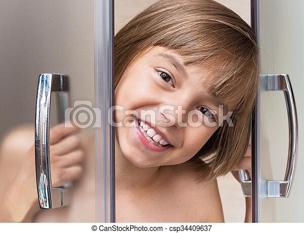 Una niña en el baño - csp34409637