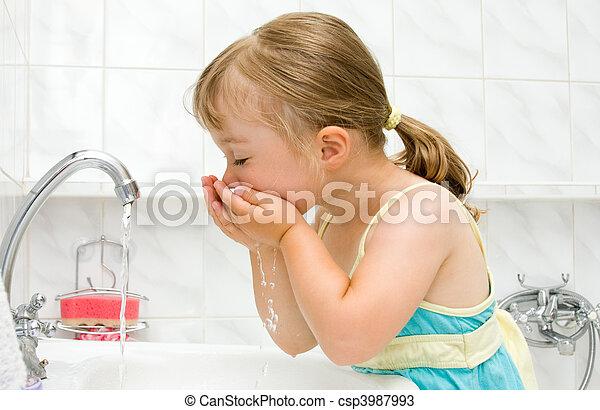 poco, cuarto de baño, niña - csp3987993
