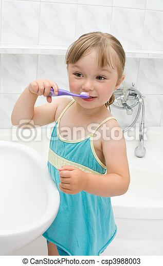 Una niña en el baño - csp3988003