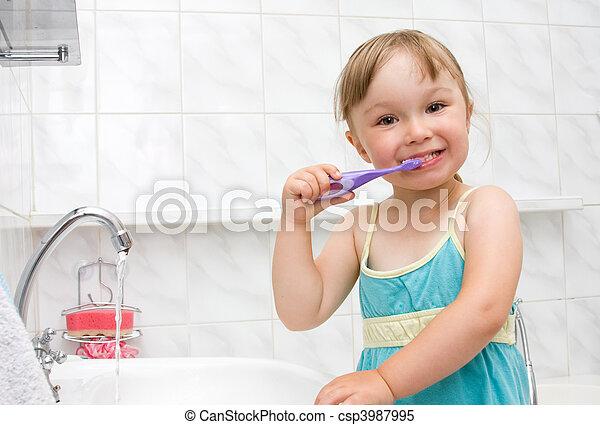 Una niña en el baño - csp3987995