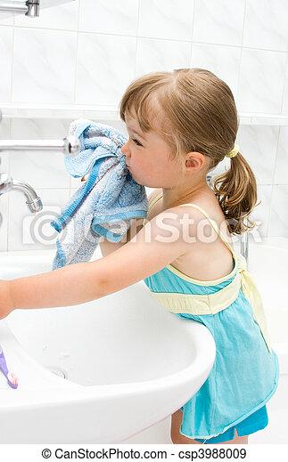 poco, cuarto de baño, niña - csp3988009