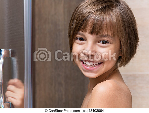 Una niña en el baño - csp48403064
