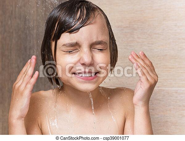 Una niña en el baño - csp39001077