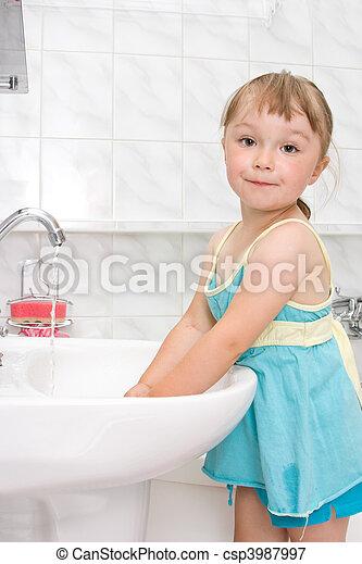 Una niña en el baño - csp3987997