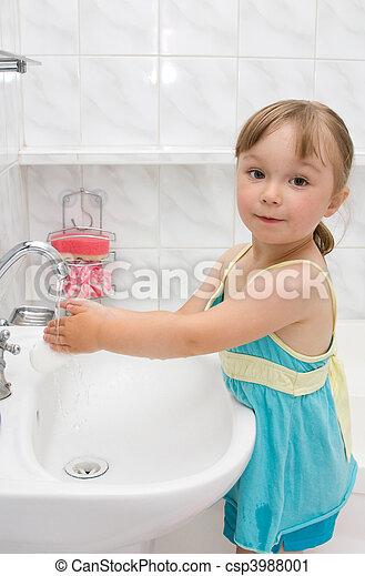 Una niña en el baño - csp3988001