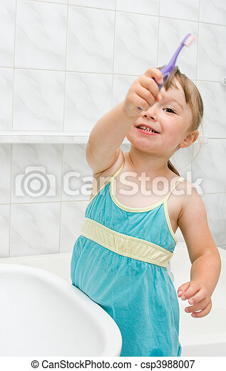 Una niña en el baño - csp3988007