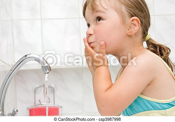 Una niña en el baño - csp3987998