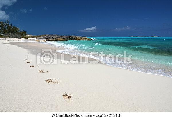 Huellas en la playa del desierto de Little Exuma, Bahamas - csp13721318