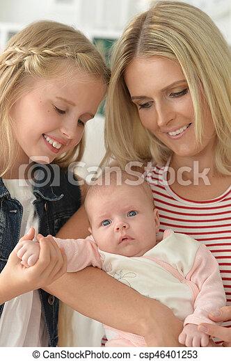 Madre feliz con hijas pequeñas - csp46401253