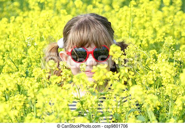Niña escondida en flores - csp9801706