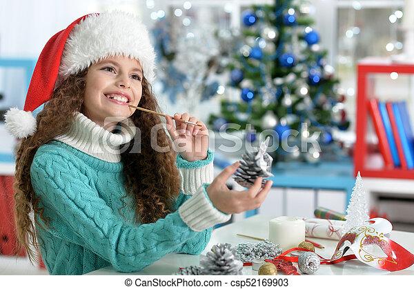Una niña preparándose para Navidad - csp52169903