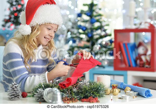 Una niña preparándose para Navidad - csp51975326