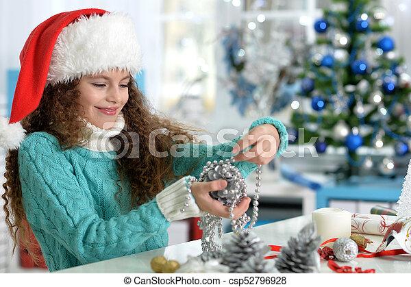 Una niña preparándose para Navidad - csp52796928