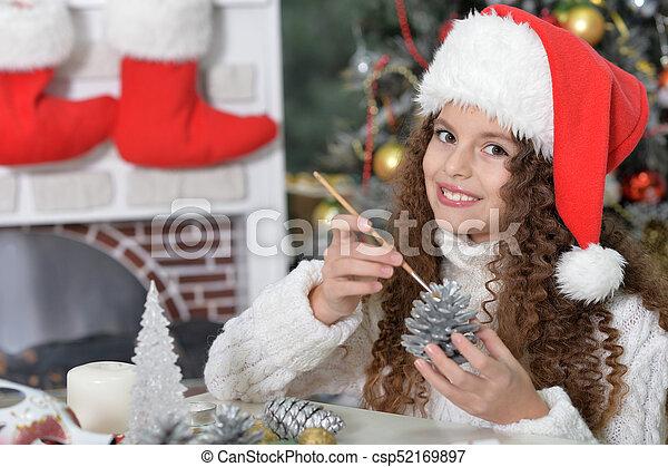 Una niña preparándose para Navidad - csp52169897