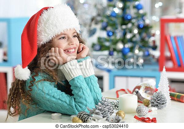 Una niña preparándose para Navidad - csp53024410