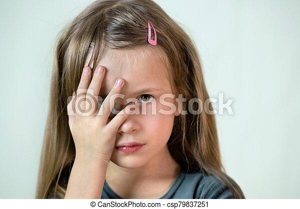 poco, primer plano, niña, boca, pelo, retrato, hands., niño, cubierta, largo, ella - csp79837251