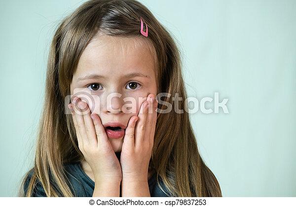 poco, primer plano, niña, boca, pelo, retrato, hands., niño, cubierta, largo, ella - csp79837253