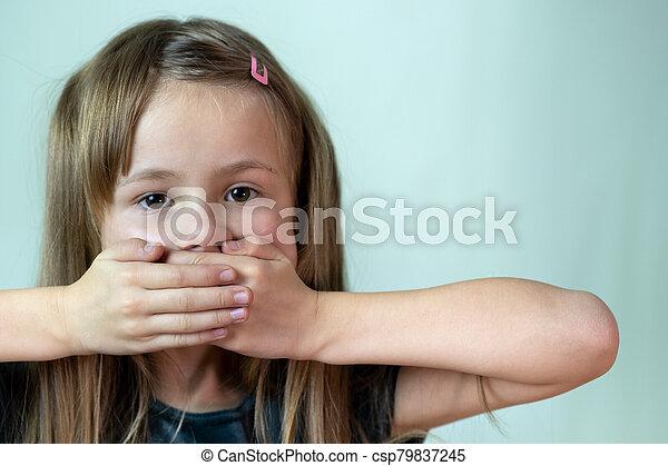 poco, primer plano, niña, boca, pelo, retrato, hands., niño, cubierta, largo, ella - csp79837245