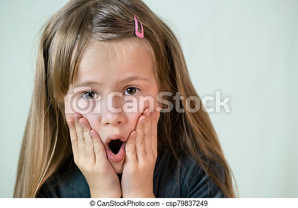 poco, primer plano, niña, boca, pelo, retrato, hands., niño, cubierta, largo, ella - csp79837249