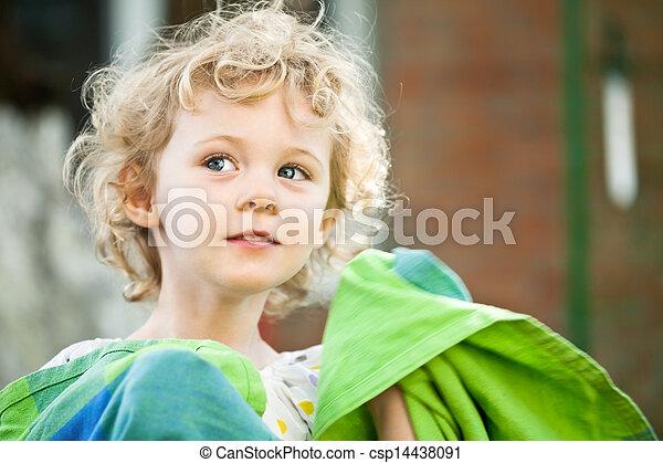 Una niña adorable que tomó cerca al aire libre en verano - csp14438091