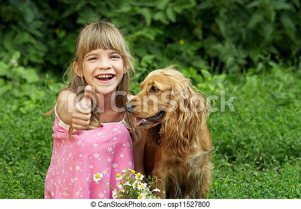 La niña está sonriendo y levanta los pulgares - csp11527800