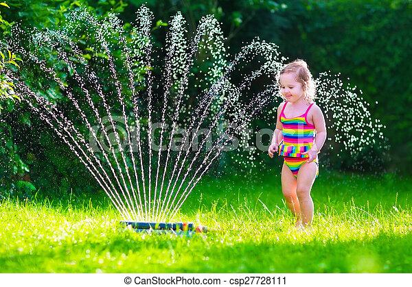 Poco, regadera, agua, niña, juego, jardín. Sprinkler.,... fotografía ...