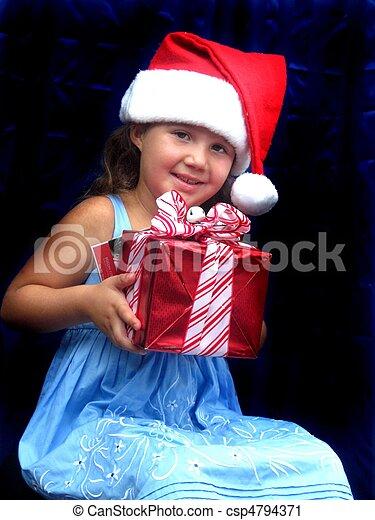 Una niña con sombrero rojo de Navidad - csp4794371