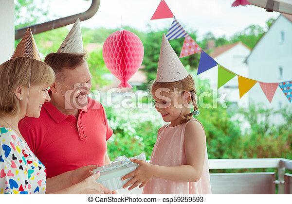 Poco Su Abuelos Nieta Celebrar Cumpleaños Terraza Bastante Retrato Adornado Feliz