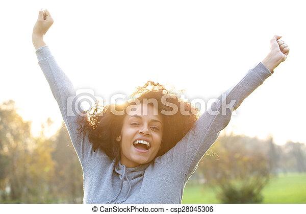 podniesiony, kobieta, młody, herb, radosny, czarnoskóry, uśmiechanie się - csp28045306