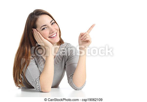 pointage femme, regarder, appareil photo, présentation, côté, heureux - csp19062109