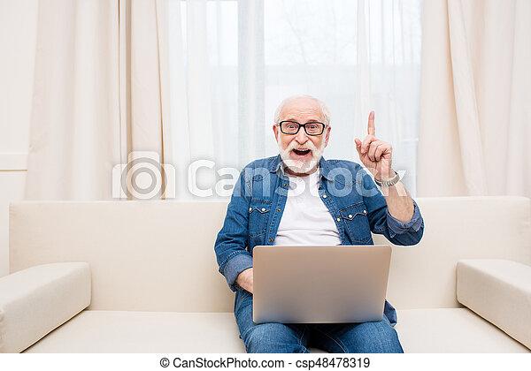 pointage, ordinateur portable, haut, doigt, utilisation, sourire, homme aîné - csp48478319