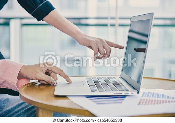 pojęcie, handlowy, przestrzeń, laptop, do góry, ręka, dotykanie, zamknięcie, kopia - csp54652338