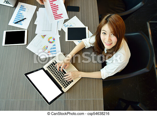 pokój, handlowy, laptop, asian, czysty, używając, dziewczyna, spotkanie, ekran - csp54638216