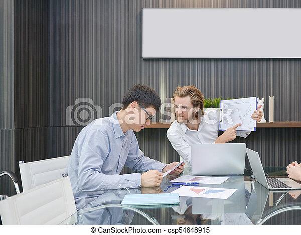 pokój, handlowy, składanie winy na kogoś, asian, pracownik, blondynka, spotkanie, człowiek - csp54648915