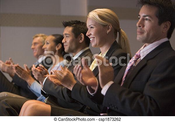 pokój, oklaskując, businesspeople, piątka, uśmiechanie się, prezentacja - csp1873262