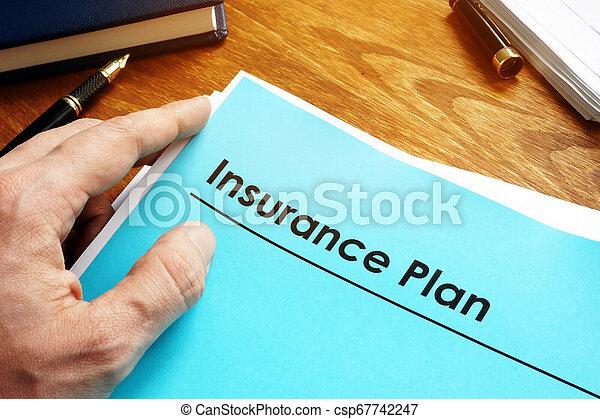 Papeles de seguro sobre el escritorio. - csp67742247